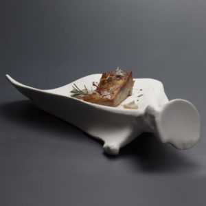 Skuldra - Uppläggningsfat i porslin från 100%chef med kött