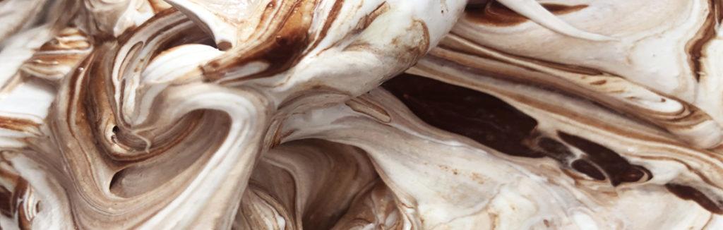 Chokladmaräng smet som ska kladdas ut på silikonmatta och torkas