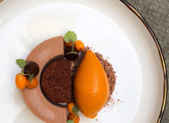 Chokladdessert med havtorn och hasselnötter