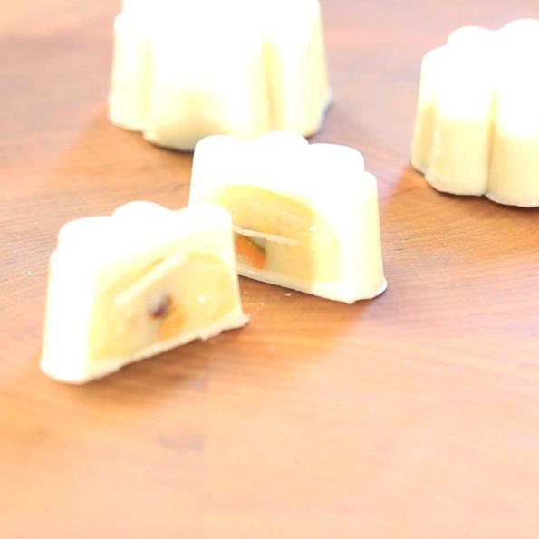 Vit choklad- och pistagepraliner gjorda i silikonform från Silikomart av Johan Heibert Gastronomi för Söders gourmet Delad pralin