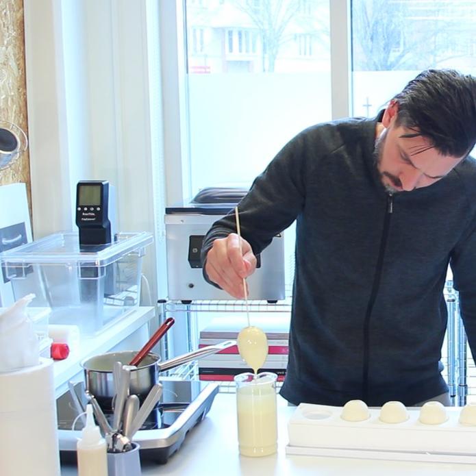 Ägget doppas i vit choklad
