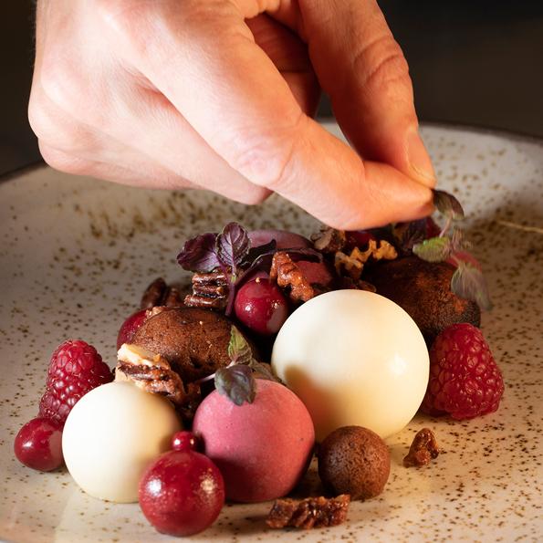 Nyårsdessert 2020 med Körsbär, choklad, hallon och yoghurt. Örter läggs